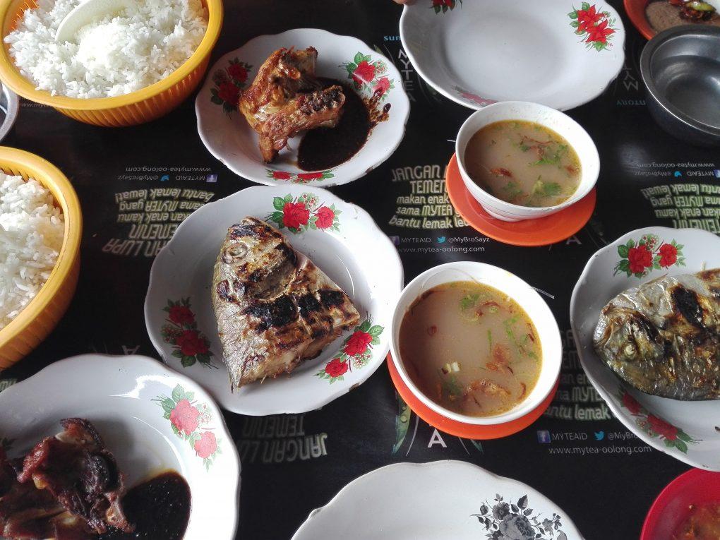 Gegrilltes Hähnchen und gegrilter Fisch zum Mittag von Bira nach Makassar
