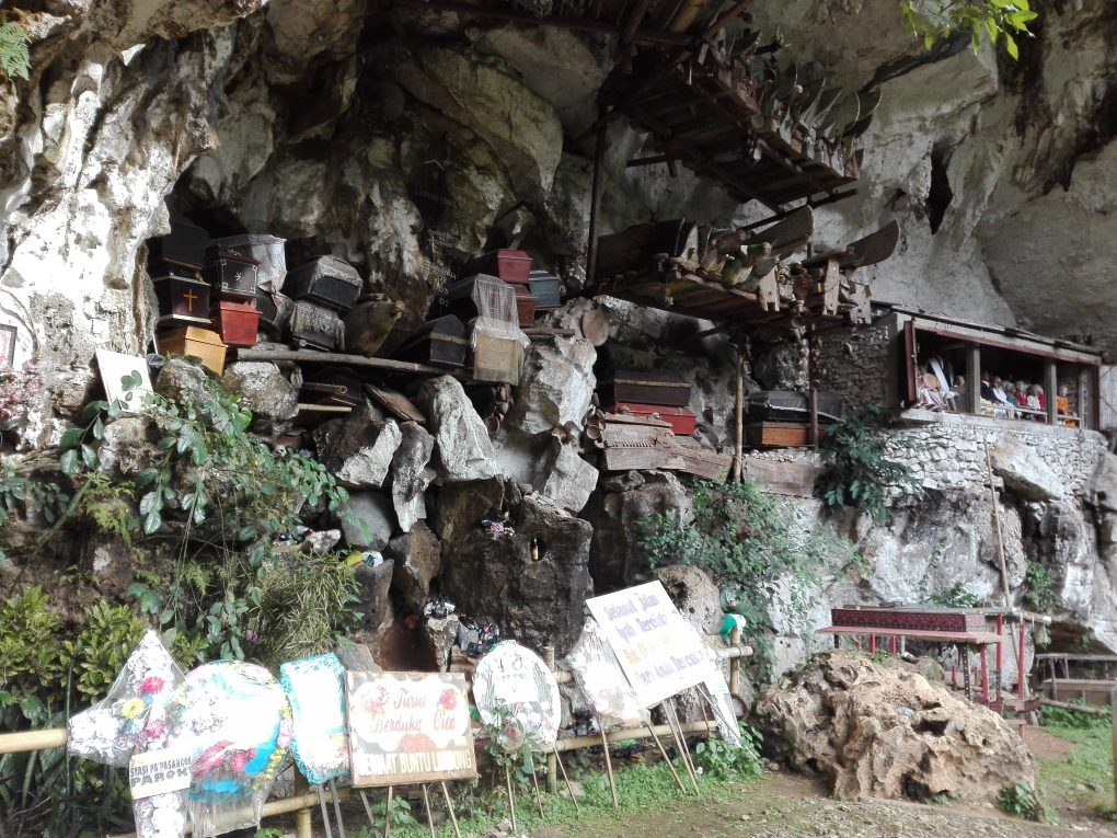 Sargen in Steinhöhlen in Londa Südsulawesi
