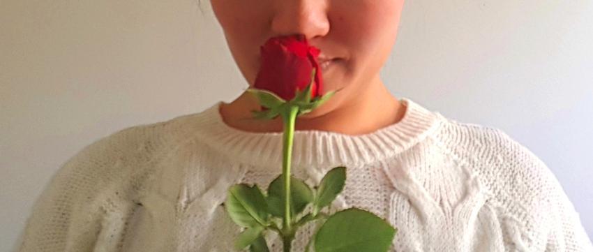 Frau mit einer Rose in der Hand