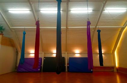 Yoga Kursraum Aerial Yoga mit Trapeztüchern
